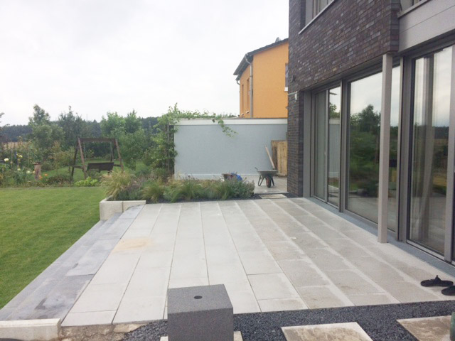 Terrasse für neues Einfamilienhaus | Drewes Landschaftsbau GmbH ...